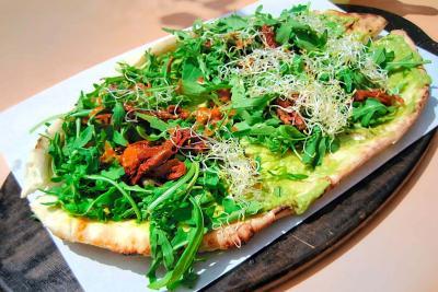 W - Der Imbiss - Naan pizza